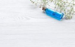 Tinte curativo de la esencia azul en el fondo de madera blanco de la tabla Petróleo esencial fotos de archivo libres de regalías
