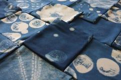 Tinte del añil tailandés, sombra del color y textura naturales de la tela del tinte natural del añil azul Fotos de archivo