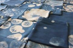 Tinte del añil tailandés, sombra del color y textura naturales de la tela del tinte natural del añil azul Fotografía de archivo