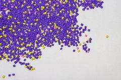 Tinte polimérico pelotillas plásticas Colorante para los gránulos Gotas del polímero Fotos de archivo libres de regalías