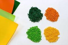 Tinte polimérico pelotillas plásticas Colorante para los gránulos Gotas del polímero Fotos de archivo