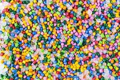 Tinte polimérico pelotillas plásticas Pigmento en los gránulos Gotas del polímero fotos de archivo