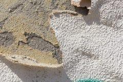 Tinte, welche aus die Wand in den gewellten Schichten herauskommt stockbild