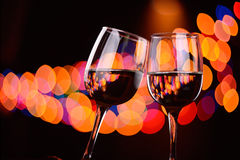 Tintement deux en verre de vin à la partie Photographie stock libre de droits