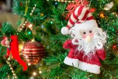 Tintement du carillon, branches d'arbre de Noël avec le fond brouillé images stock