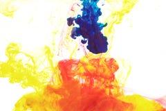 Tinten im Wasser, Farbabstraktion, Farbexplosion stockbild