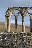 Tintern修道院废墟反对多云天空威尔士的 库存照片