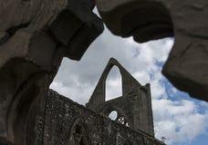 Tintern修道院废墟反对多云蓝天的 库存图片