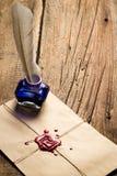 Tintero de la tinta azul con la pluma en sobre con el sellante rojo Fotos de archivo libres de regalías