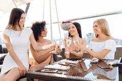 Tintinnio felice positivo della donna i loro vetri Immagine Stock Libera da Diritti