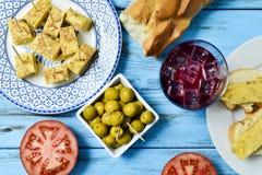 Tinto de verano, olives, et omelette espagnole Photo stock
