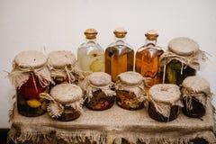 Tintura casalinga e fatta a mano L'inverno immagazzina l'alimento a casa inscatolato in barattoli di vetro Retro, stile rustico fotografia stock libera da diritti