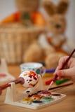 Tintura dell'uovo di Pasqua Immagini Stock Libere da Diritti