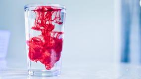 Tintura vermelha na água claro Fotos de Stock