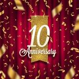 Tio år guld- skylt för årsdag i strålkastare på röd gardinbakgrund och guld- konfettier stock illustrationer