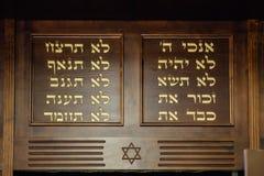 Tio commandments i hebré och David Star sned på trä i synagoga royaltyfria bilder