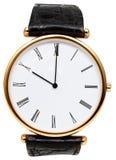 Tio klockan på den isolerade visartavlan av armbandsuret Arkivfoton