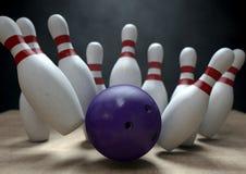 Tio Pin Bowling Pins And Ball Royaltyfria Foton