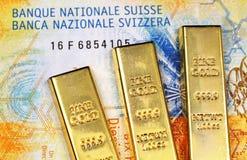 Tio schweizisk franc sedel med tre guld- stänger arkivbild