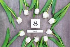Tio vita tulpan vid en ferie av våren Arkivfoton