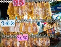 Tioarmad bläckfisk krossat galler på kol bangkok Thailand Arkivbild