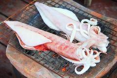 Tioarmad bläckfisk som grillas på kolbrazieren Fotografering för Bildbyråer