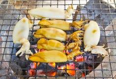 Tioarmad bläckfisk som grillas på ugnen Royaltyfri Bild