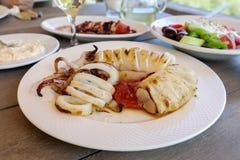 Tioarmad bläckfisk som lagas mat på galler i den grekiska krogen Royaltyfria Bilder