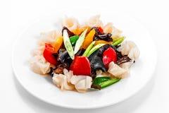 Tioarmad bläckfisksallad med grönsaker, paprika, kinesiskt trä plocka svamp Arkivbilder