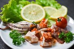 Tioarmad bl?ckfisksallad med kryddiga ?rter f?r chilis?s och kryddor grillad tioarmad bl?ckfiskskiva p? plattan i den havs- resta arkivbild