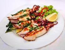 Tioarmade bläckfiskar med spenat- och grönsaksås royaltyfri bild