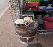 Tioarmade bläckfiskarna som grillas över ugnen royaltyfri fotografi