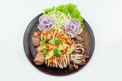 Tioarmade bläckfisken ångade med limefrukt, thailändsk mat, varmt och kryddigt Arkivfoton