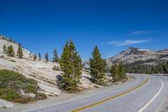 Tioga通行证路在优胜美地国家公园 图库摄影
