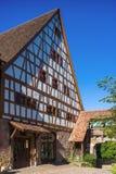 Tiondeladugården med Fruchtkasten i Dornstetten royaltyfri fotografi