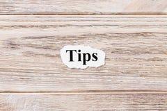 TIP du mot sur le papier Concept Mots des TIP sur un fond en bois photographie stock