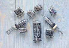 Tipes differenti dei tubi del nixie su fondo di legno blu Fotografia Stock Libera da Diritti