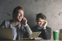 Tipi bei sul telefono che fa lavoro di ufficio fotografia stock libera da diritti