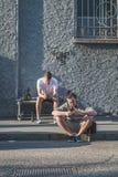 Tipi che si siedono fuori dello spazio di Ventura Lambrate durante il Milan Design Immagine Stock Libera da Diritti