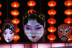 Tipi cinesi di opera di trucchi facciali in opere e lanterne rosse Immagine Stock