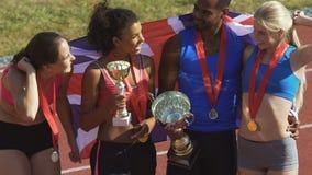 Tipi dal GB che esamina i loro trofei di sport, giovane generazione che sceglie gli sport archivi video