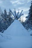 Tipi dans la forêt d'hiver, Finlande du nord photo libre de droits