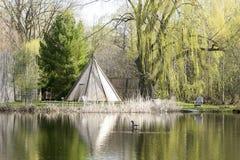 Tipi in de Eerste Natiestuin met zijn gedachtengang in een vijver, de Botanische Tuin van Montreal stock fotografie