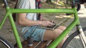 Tipi dell'uomo sul computer portatile stock footage