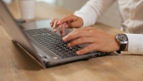 Tipi dell'uomo sul computer portatile archivi video