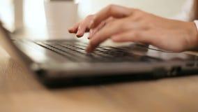 Tipi della donna sulla tastiera video d archivio