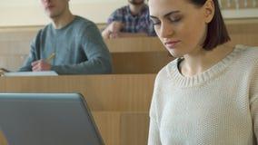 Tipi della studentessa sul computer portatile stock footage
