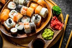 Tipi differenti assortiti di sushi e di rotoli giapponesi fotografia stock libera da diritti
