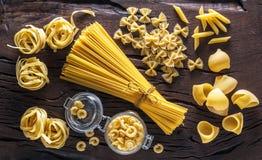 Tipi differenti della pasta sulla tavola di legno Immagini Stock Libere da Diritti