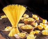 Tipi differenti della pasta sulla tavola di legno Fotografia Stock Libera da Diritti